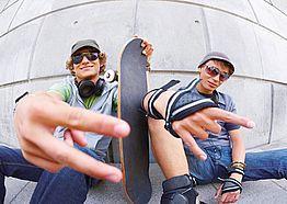 Zwei Jugendliche mit Skateboard
