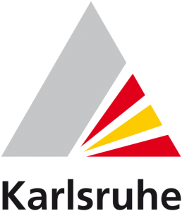 Das Logo der Stadt Karlsruhe besteht aus einer grauen Pyramide. Rechts unten sind zwei rote und ein gelber Fächer. Darunter steht das Wort Karlsruhe.