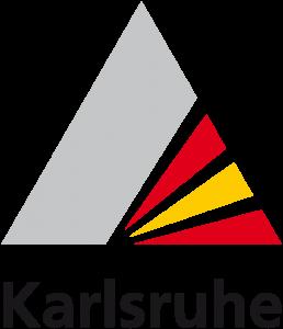 Das Logo der Stadt Karlsruhe sieht aus wie eine Pyramide. Auf der rechten Seite ist der Karlsruhe Fächer angedeutet. Unter dem Logo steht Karlsruhe.