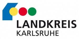 Ein blauer Kasten gefolgt von einem gelben, roten und grünem Punkt. Darunter steht Landkreis Karlsruhe.