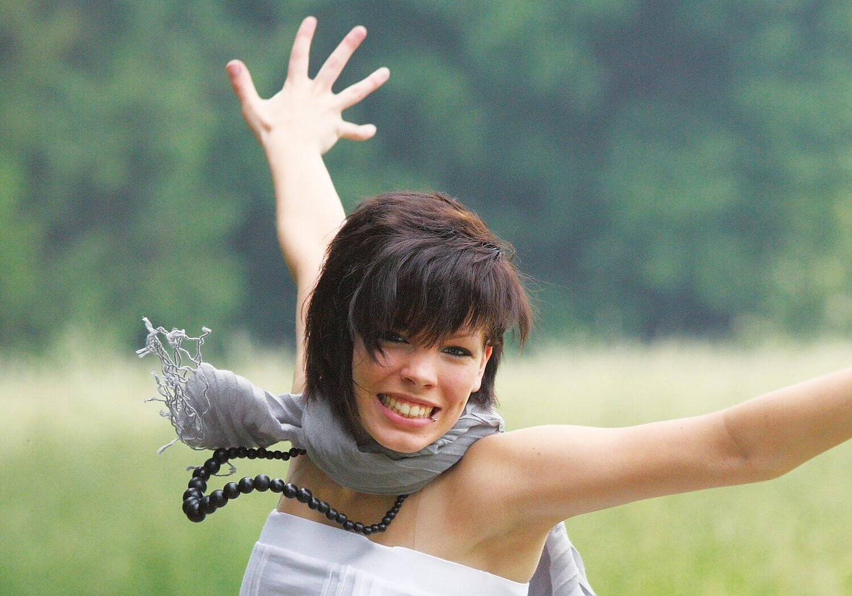 Frau spingt vor freude in die Luft