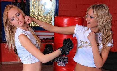 Zwei Mädchen boxen
