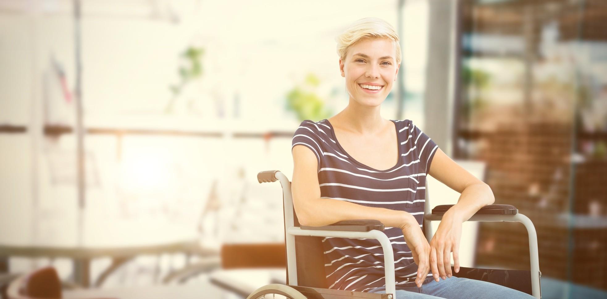 glückliche junge Frau im Rollstuhl