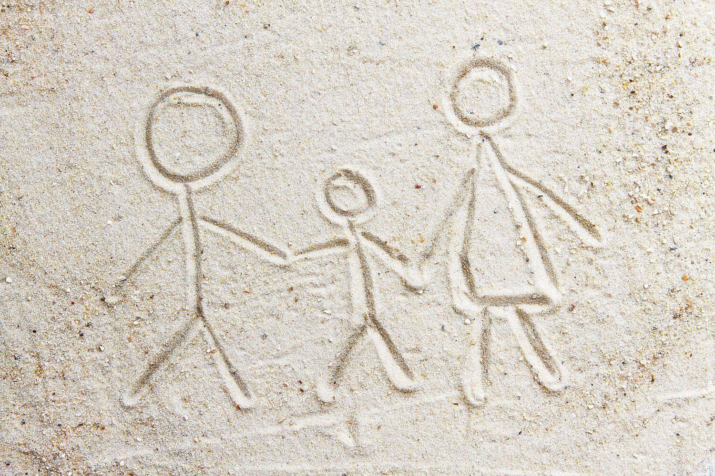 Zeichnung im Sand, Eltern mit Kind