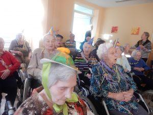 Hanne-Landgraf-Haus - Fasching die zweite - Ältere Frauen sitzen in ihren Rollstühlen und sind verkleidet.
