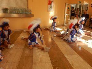Hanne-Landgraf-Haus - Fasching die zweite - Kleine Funkemariechen sitzen auf dem Boden und tanzen für die Seniorinnen und Senioren.