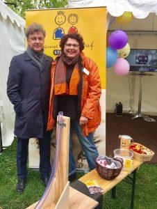 Auftakt für die Heimattage Baden-Württemberg 2017 - Oberbürgermeister Frank Mentrup (links) und Monika Storck, Vorsitzende der Hanne-Landgraf-Stiftung stehen am Stand der Stitung auf den Heimattagen.