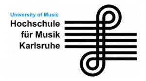Logo der Hochschule für Musik Karlrsuhe mit blauem Schriftzug University of Music und darunter Hochschule für Musik Karlsruhe und rechts danben ein schwarzer Notenschlüssel in einem Notenblatt