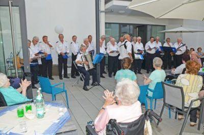 Die Marine Singers Rheinstetten singen im Innenhof des Seniorenzentrums Knielingen.