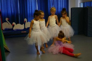 Kleine Ballerinas Halbkreis und halten sich an den Händen.
