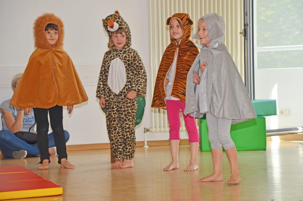Vier Kinder sind als Tiere verkleidet.