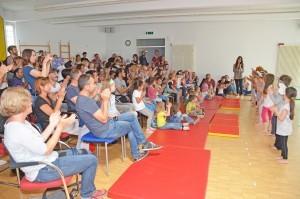 Das Publikum applaudiert den Kindern.