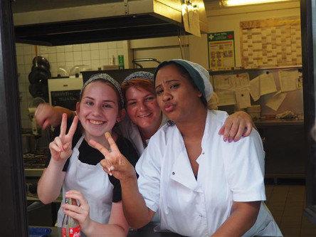 Drei Frauen lachen in die Kamera.