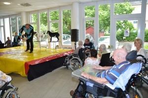 Auftritt vom Zirkus Frankordi mit Hunden im Seniorenheim.