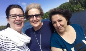 Selfie von drei lächelnden Frauen.
