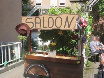 Ein Schild mit dem Aufdruck Saloon.