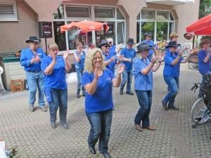 Blau gekleidete Menschen tanzen.