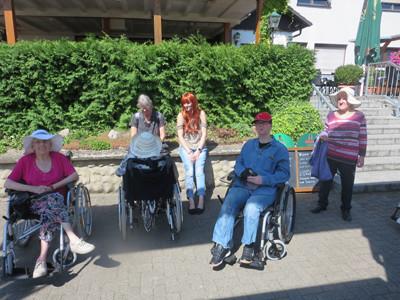 Gruppenfoto von Menschen im Rollstuhl und ohne Rollstuhl.