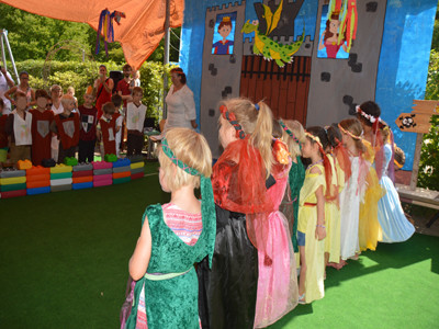 Kinder sind verkleidet und stehen in einer Reihe.