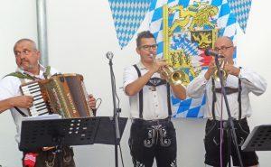 Eine Band macht bayrische Live-Musik.