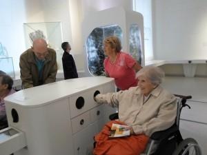 Eine Dame sitzt im Rollstuhl im Naturkundemuseum.