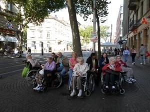 Eine Gruppe von Senioren sitzt in Rollstühlen.
