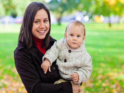 Eine Mutter hält ihr Kind im Arm.