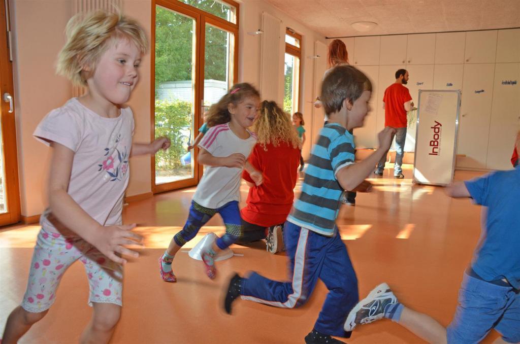 Kindergarten Kinder rennen durch die Turnhalle.