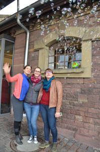 Drei Mitarbeiterinnen der AWO im Seifenblasenregen.