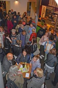 Eine große Menschenmenge im Foyer des Tollhauses in Karlsruhe.