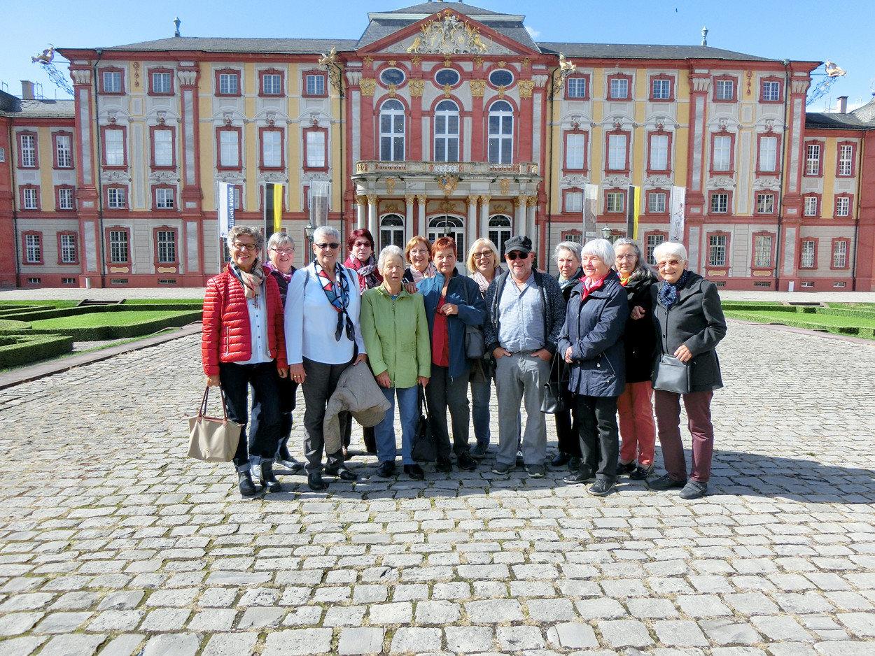 Gruppenfoto vor dem Schloss in Bruchsal.