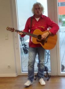 Ein Mann spielt Gitarre.