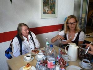 Zwei Frauen sitzen an einem Tisch und basteln.
