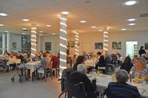 Ein Raum voller Lichter und Menschen.
