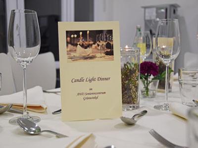 Ein gedeckter Tisch mit Gläsern und Tischkarte.