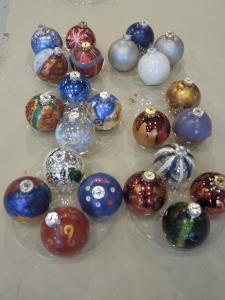 Bemalte Glaskugeln liegen auf einem Tisch.