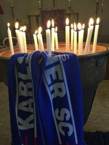 Eine Schale mit brennenden Kerzen.