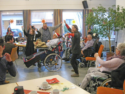 Menschen mit und ohne Behinderung feiern eine Weihnachtsfeier.