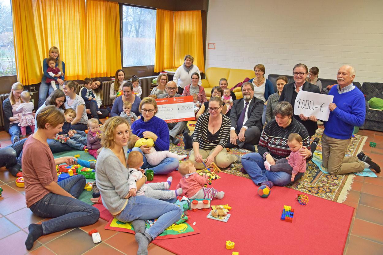 Scheckübergabe im Elterncafé Durlach mit Kindern und Eltern.