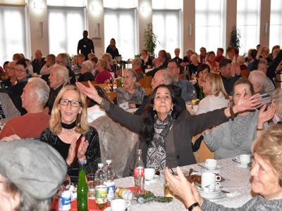BIld vom Saal mit Gästen