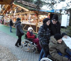 Senior*innen laufen über den Karlsruher Weihnachtsmarkt.