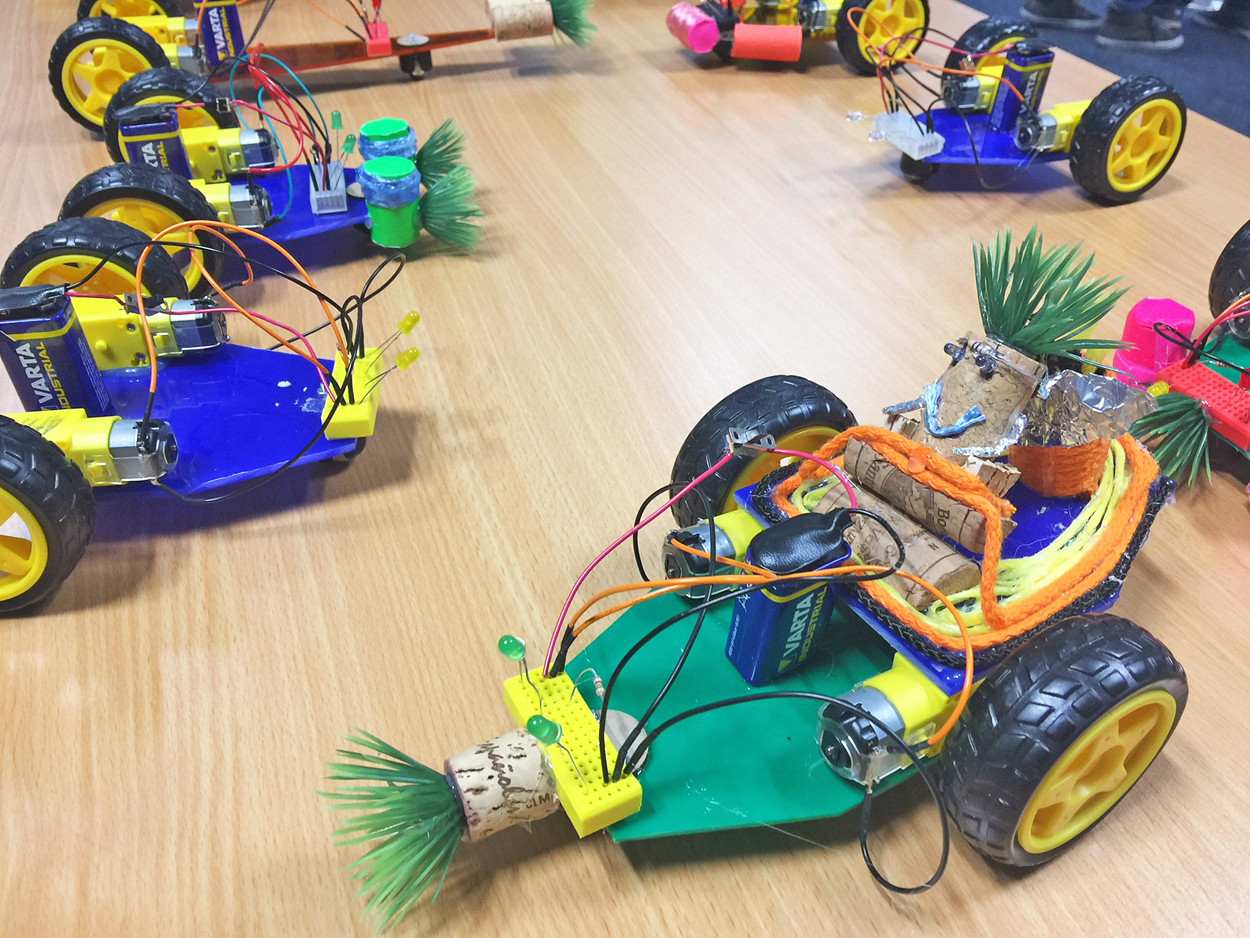 Kleine Roboter stehen auf einem Tisch.