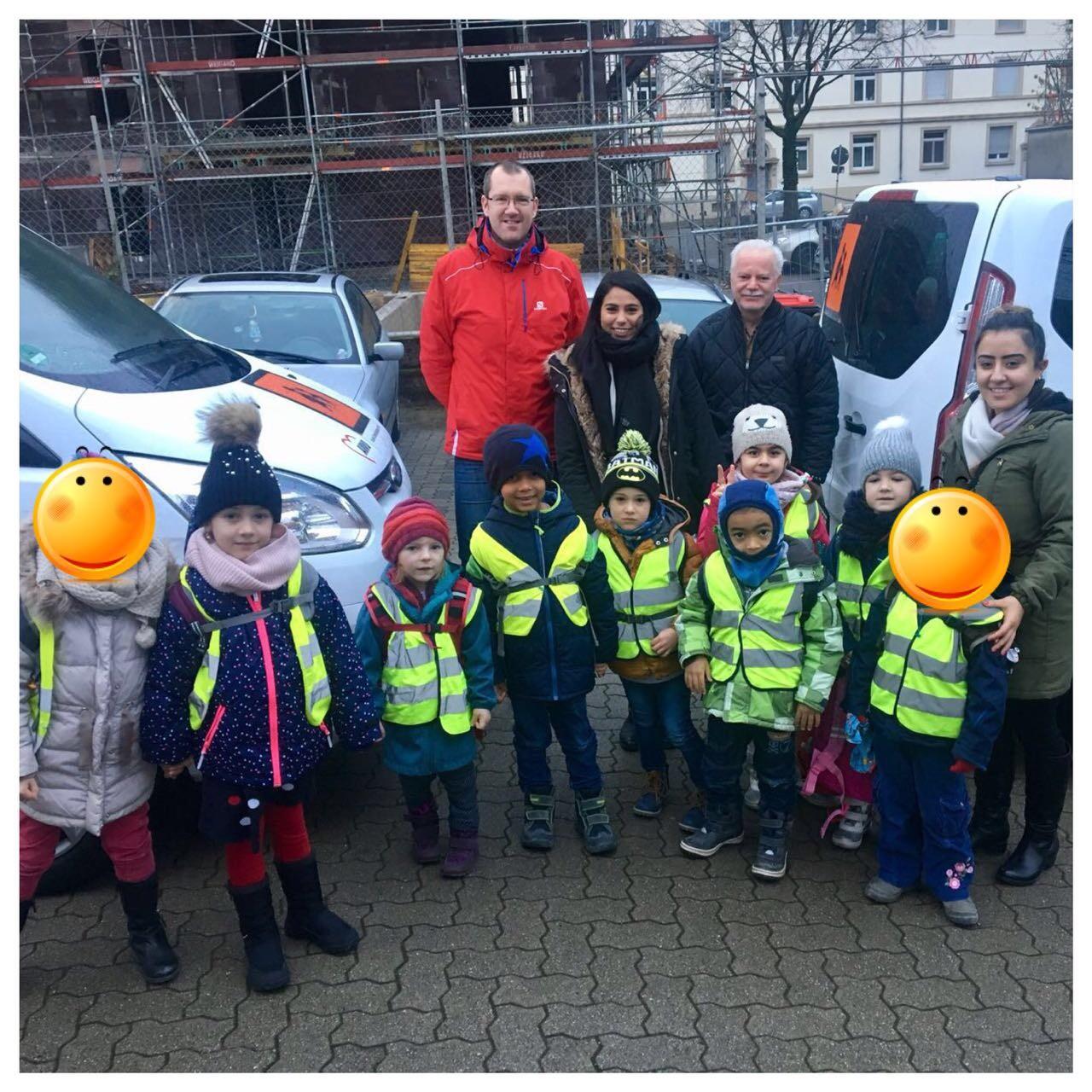 Ein Gruppenfoto von Kindern und Erwachsenen in Warnwesten.