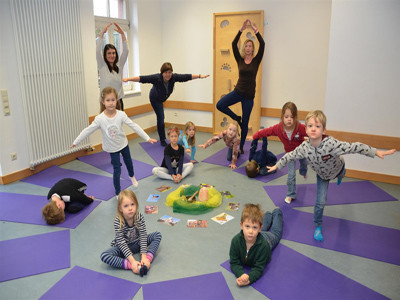 Kinder machen Yoga.