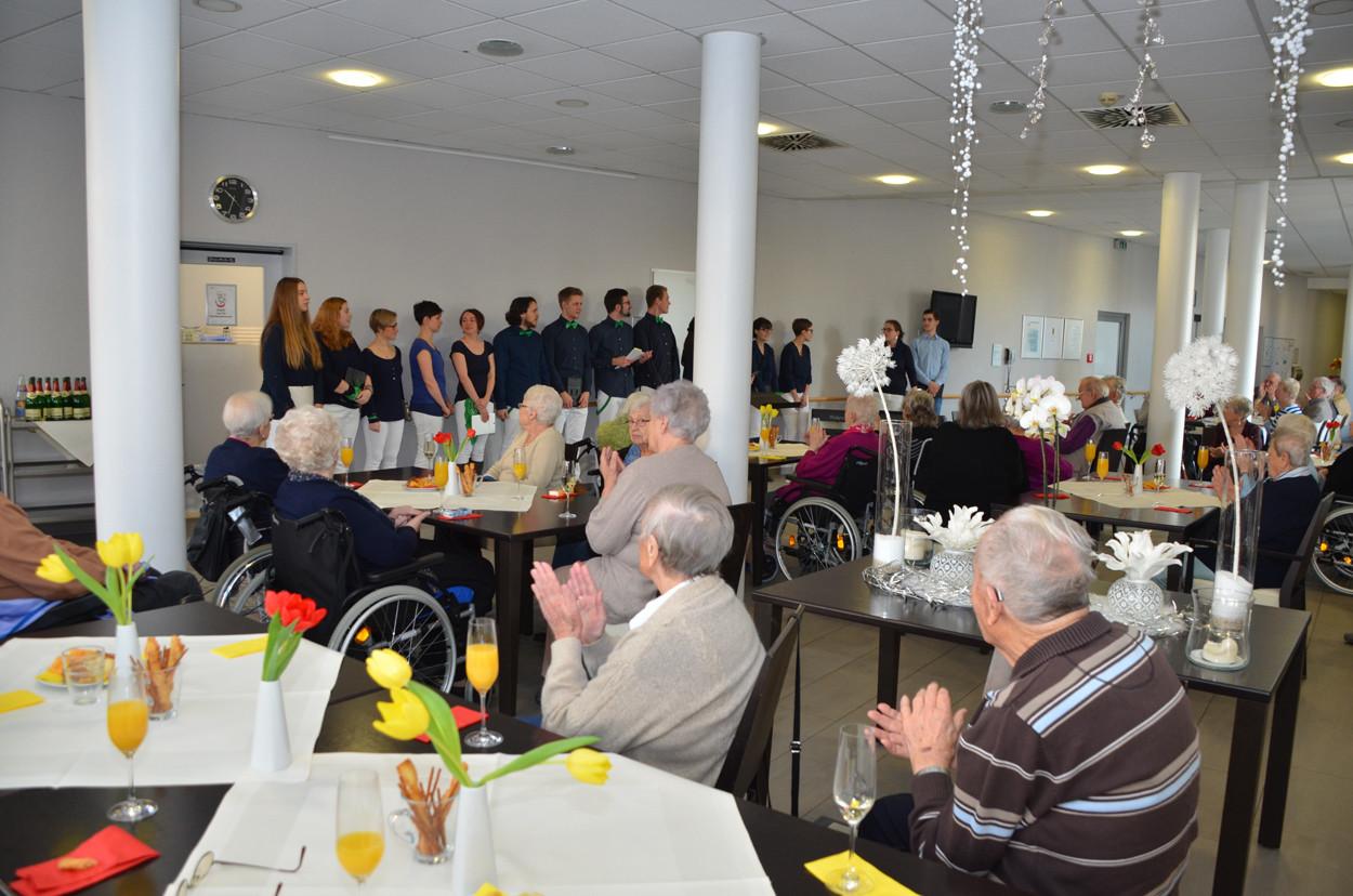Ein Chor singt für Senioren im Seniorenzentrum.