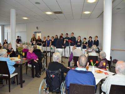 Ein Chor singt für Senioren.
