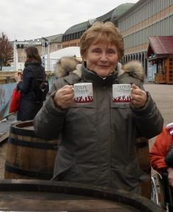 Eine Frau hält zwei Tassen in der Hand.