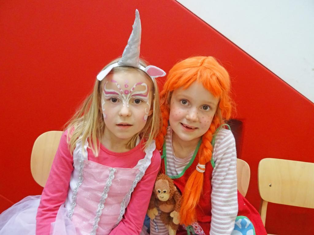 Zwei Kinder verkleidet als Pippi Langstrumpf und Prinzessin.