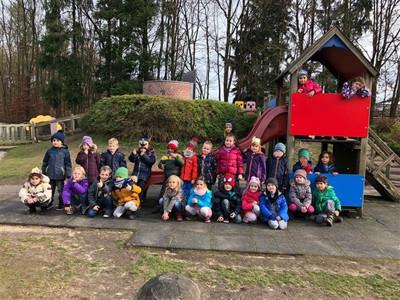 Gruppenfoto im Freien von Kitakindern.