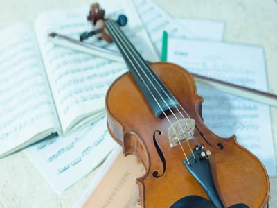 Violine liegt auf Notenbüchern.